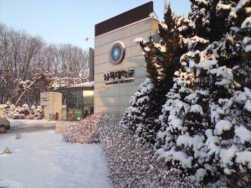Trước cổng Trường Đại học Sahmyook
