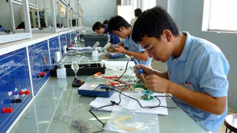 Sinh viên theo học ngành điện tại hàn Quốc vừa học vừa làm
